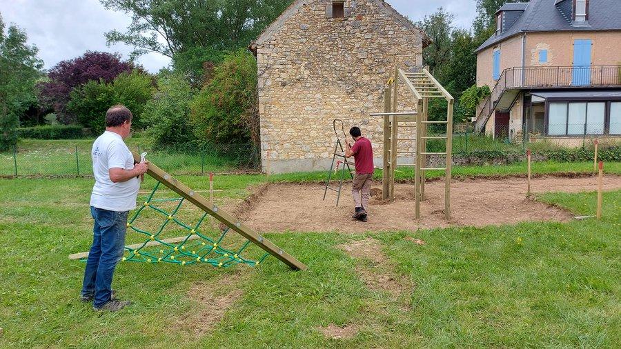 Installation d'une aire de jeux pour les enfants